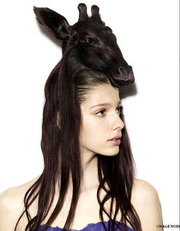 En esta imagen el peinado representa a una cabra con un gesto de